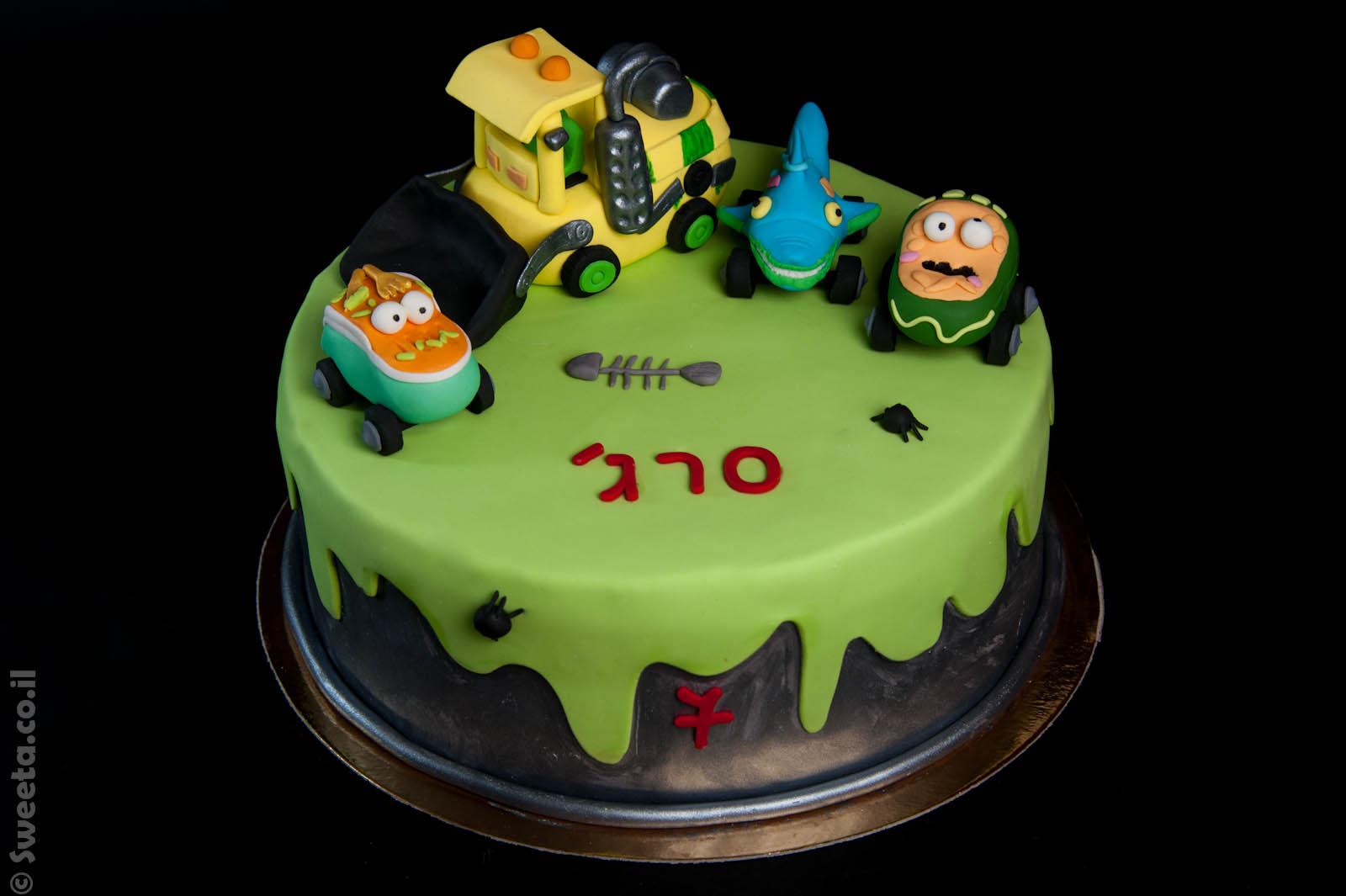עוגת זיבלונים עם כלי רכב מעוצבים מבצק סוכר