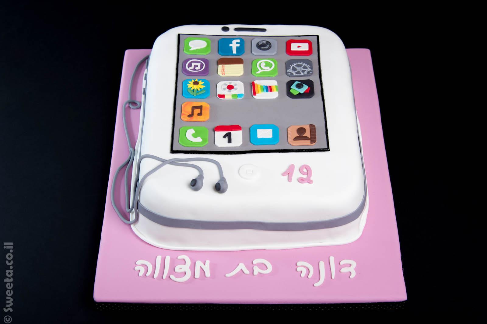 עוגה בצורת אייפון בת מצווה מעוצבת בבצק סוכר עם אפליקציות ואזניות