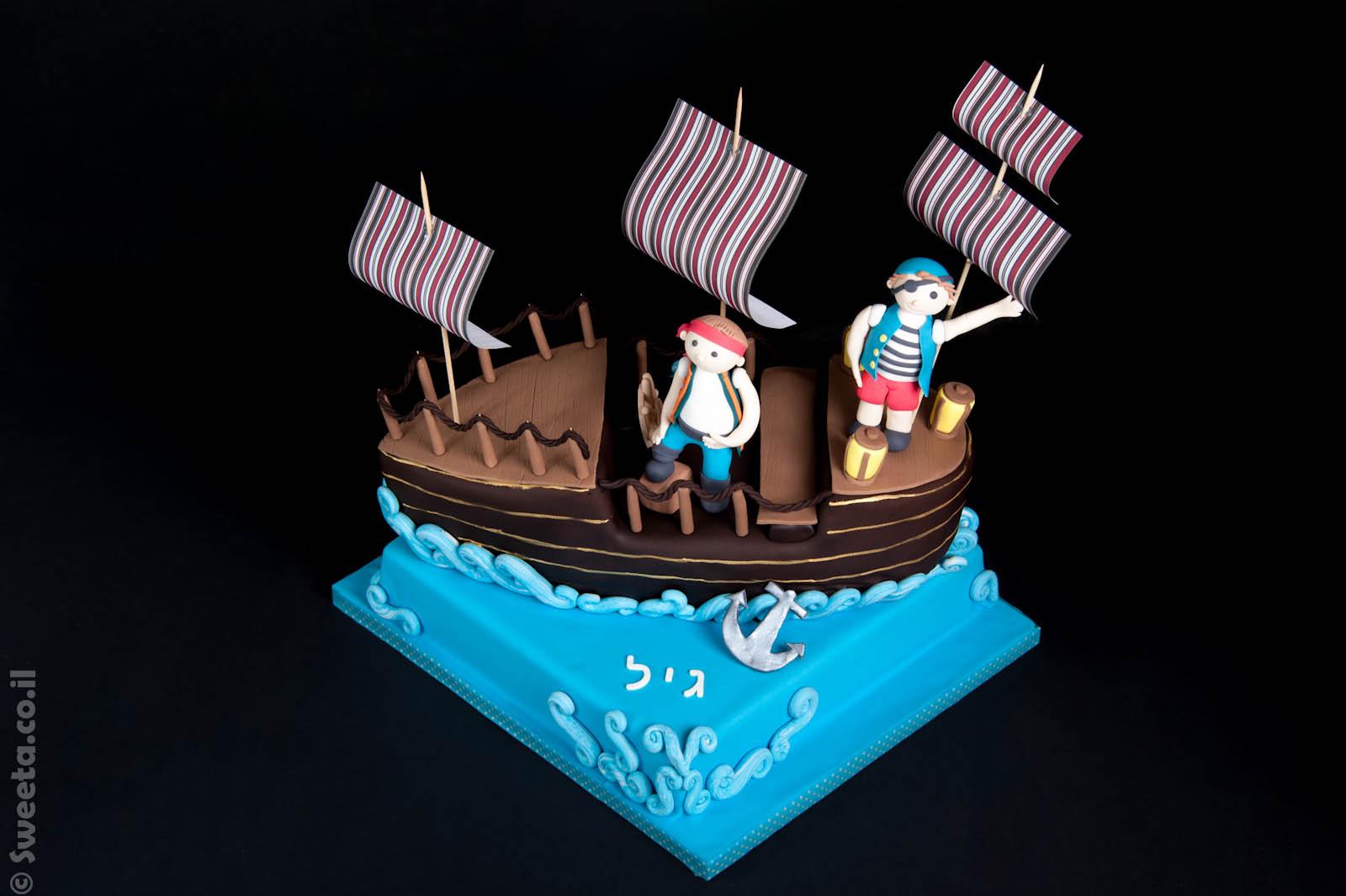 עוגת פירטים עם ספינת שודדי ים מפוסלים בבצק סוכר