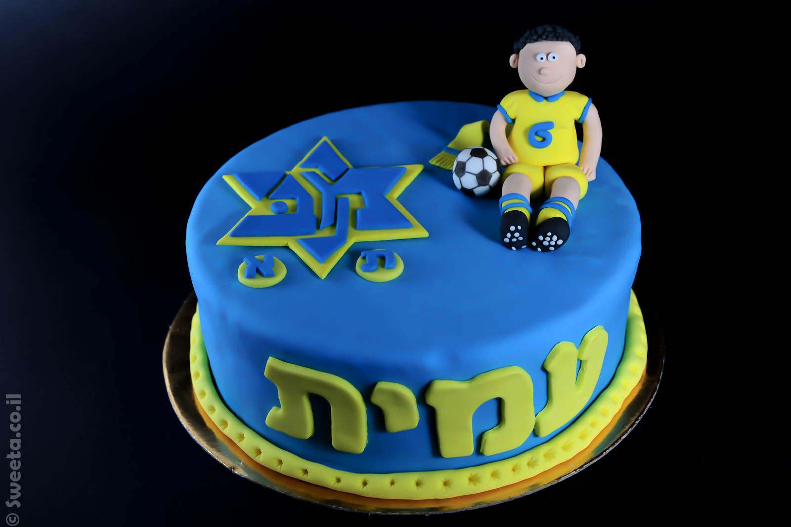 עוגה של מכבי תל אביב כדורגל מעוצבת בבצק סוכר בכחול ובצהוב עם דמות של שחקן מפוסל