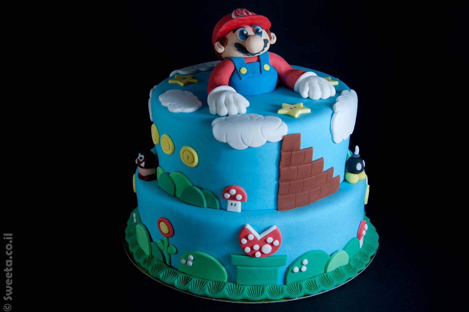 עוגה של סופר מריו קומותיים ליום הולדת מעוצבת בבצק סוכר עם קישוטים מהמשחק