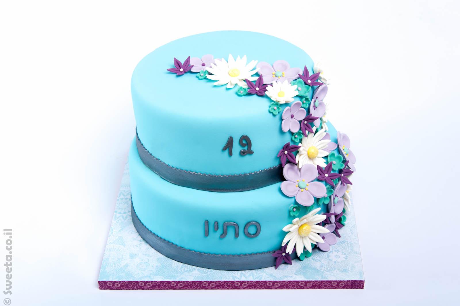 עוגה עם פרחים לכבוד בת מצווה מעוצבת בבצק סוכר