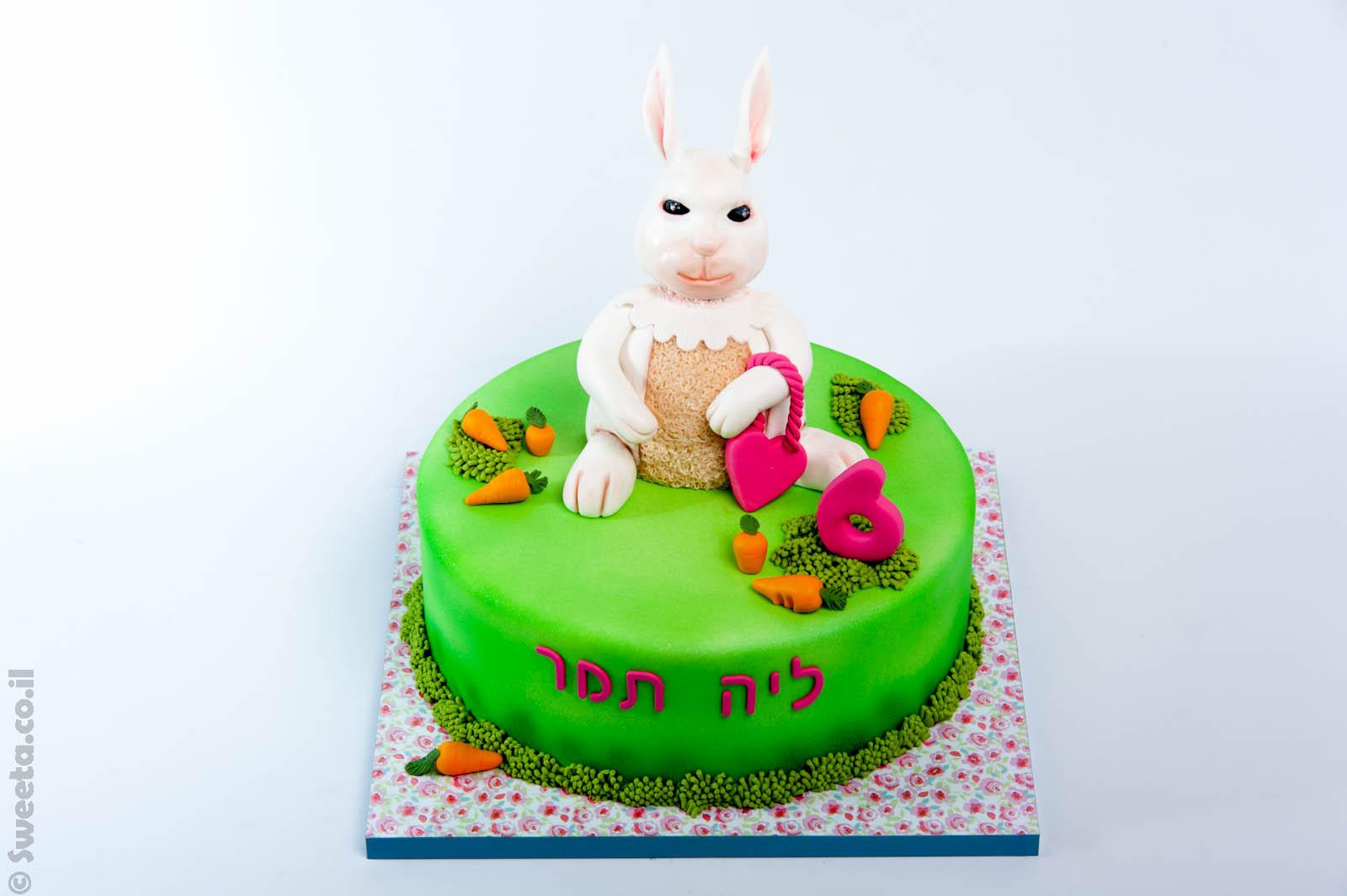 ארנבת מעוצבת בבצק סוכר על עוגה