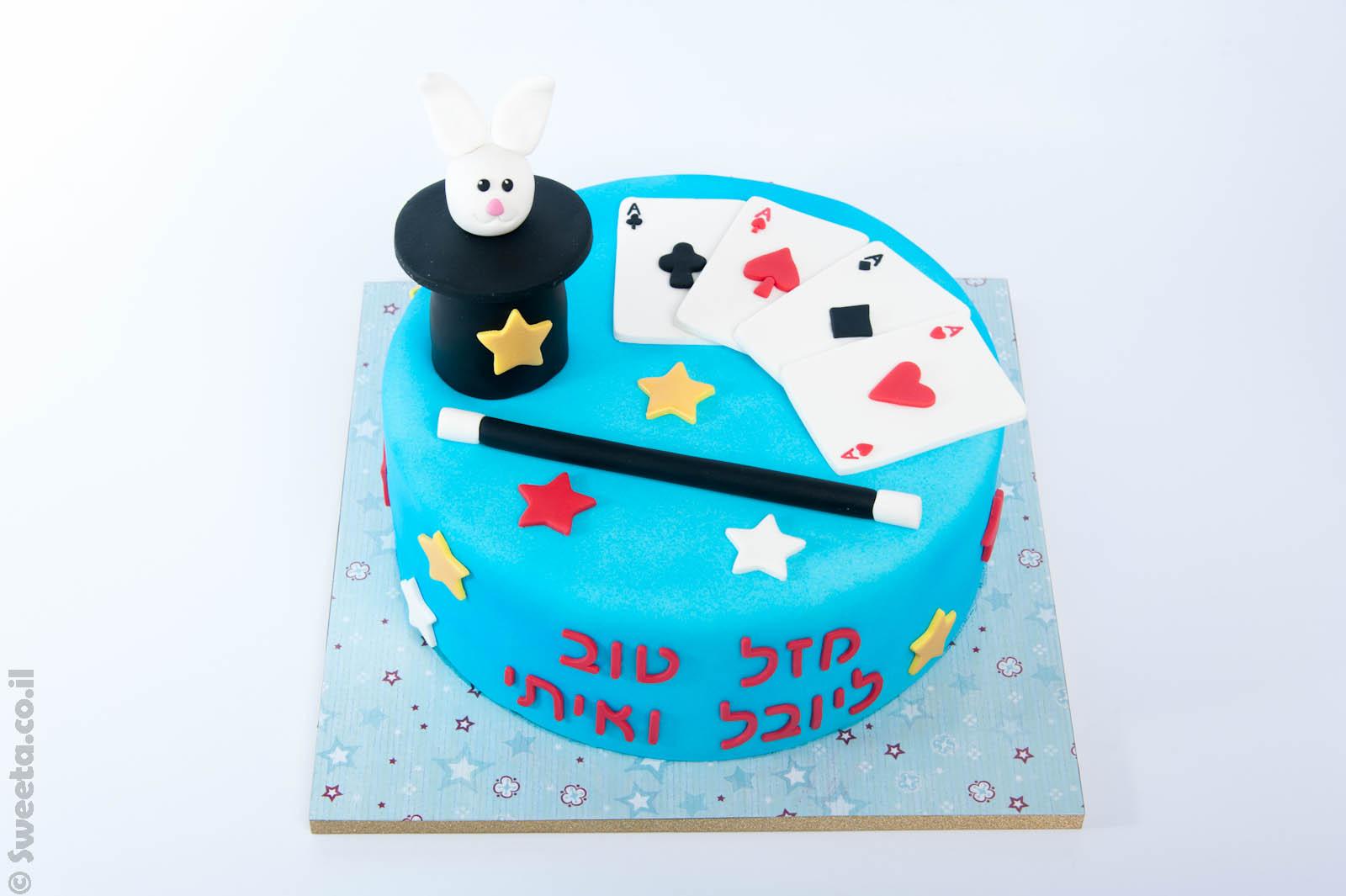 קסמים מבצק סוכר על עוגה מעוצבת